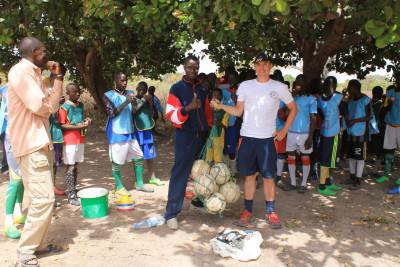 remise de matériel - école de foot de Mlomp
